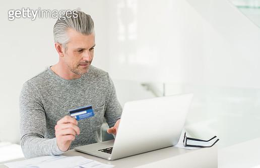 Man shopping online - gettyimageskorea
