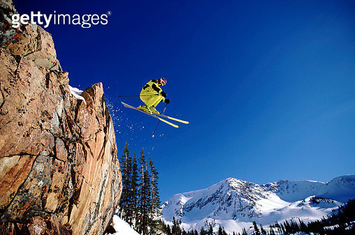 Skiing off a cliff - gettyimageskorea