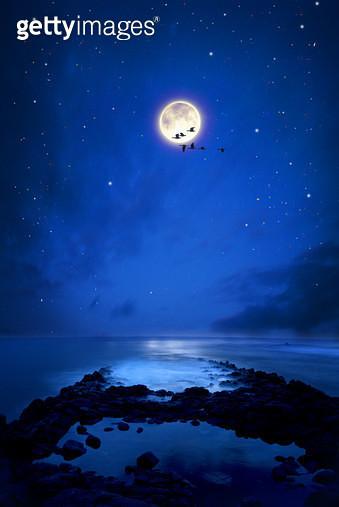 밤바다하늘의 달 - gettyimageskorea
