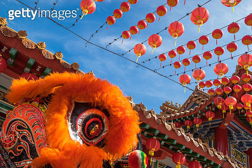 Malaysian traditional lion dance performs a dance routine outside the Thean Hou Temple - gettyimageskorea