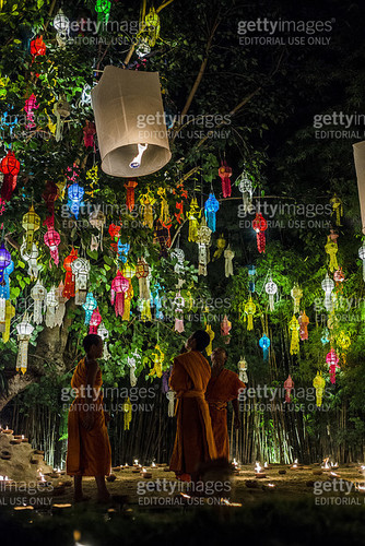 Young monks lighting paper lanterns, Chiang Mai, Thailand - gettyimageskorea