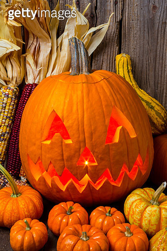 Jack-O'Latern with small pumpkins - gettyimageskorea