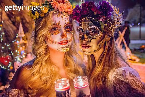 Women with sugar skull makeup at Dia de los Muertos procession - gettyimageskorea