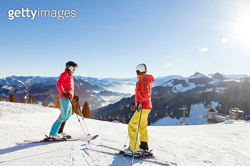 Ski holiday, Skiers overlooking mountain scenery, Sudelfeld, Bavaria, Germany - gettyimageskorea