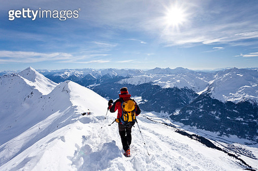 Cross-country skier on the summit ridge while descending Ellesspitze Mountain, overlooking Ridnauntal Valley, Alto Adige, Italy, Europe - gettyimageskorea