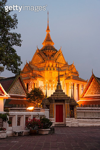 Entrance to Wat Pho illuminated at dusk. - gettyimageskorea
