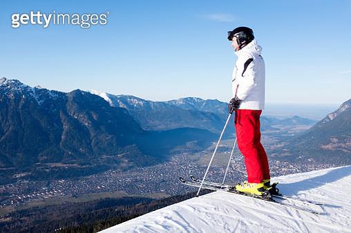 Skier at top of slope overlooking edge - gettyimageskorea