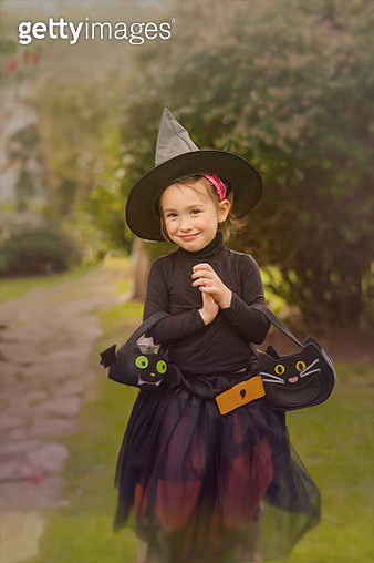 Girl (3-5) dressed as witch in  halloween - gettyimageskorea