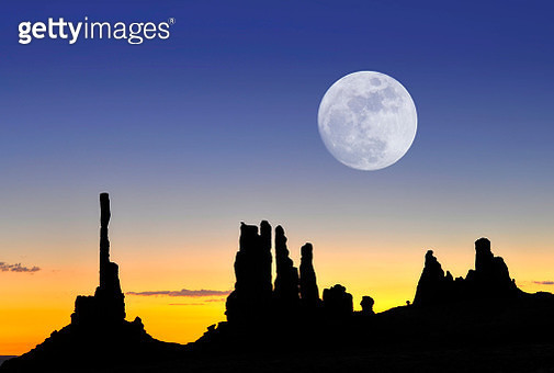 The rock formations Totem Pole and Yei Bi Chei, silhouetted before sunrise, with moon, composite image, Monument Valley, Navajo Tribal Park, Arizona, United States, North America - gettyimageskorea