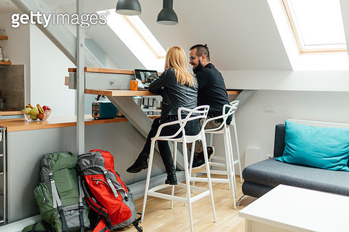 Backpackers Looking For Apartment Online. - gettyimageskorea