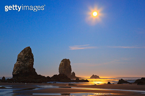 Moon set over Neadles, Canon Beach, Oregon Coast, Pacific Northwest - gettyimageskorea