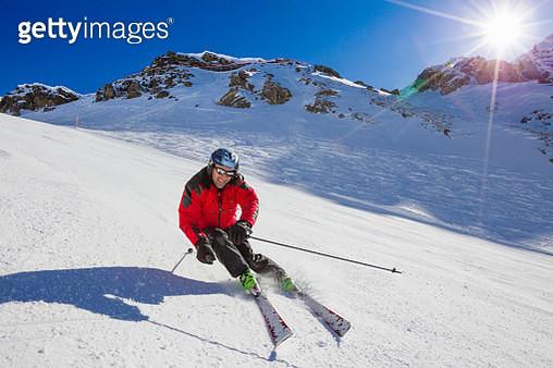 Skier downhill skiing from mount Parpaner Rothorn, Lenzerheide, Canton of Graubuenden, Switzerland - gettyimageskorea