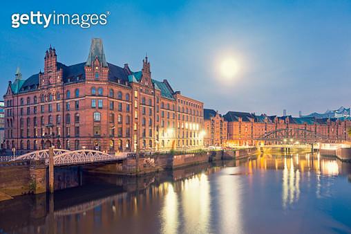 Germany, Hamburg, Speicherstadt at full moon - gettyimageskorea