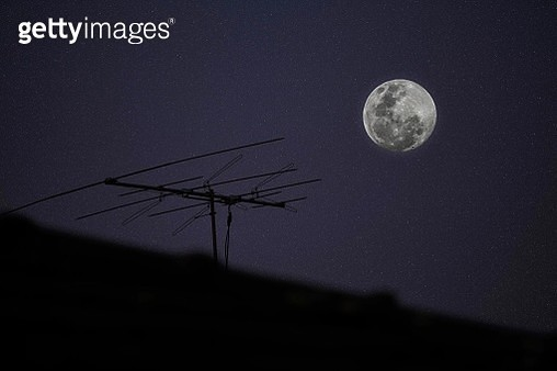 Low Angle View Of Silhouette Roof And Moon At Night - gettyimageskorea