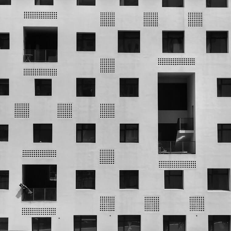 정돈된 건물 속 패턴