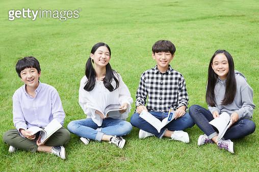 잔디에 앉아있는 아이들 - gettyimageskorea
