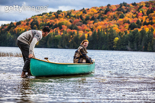 Young couple paddling in the wonder of nature in Canada - gettyimageskorea