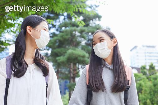 마스크를 쓰고 걸어가는 아이들 - gettyimageskorea