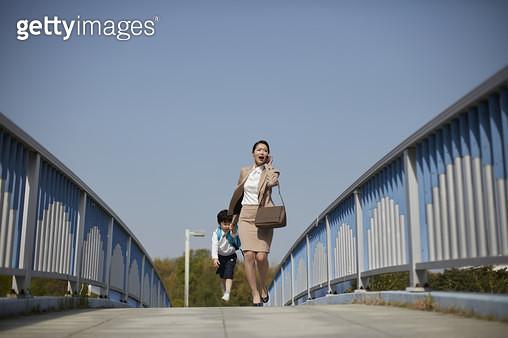 엄마와 아들 출근 및 등원 - gettyimageskorea