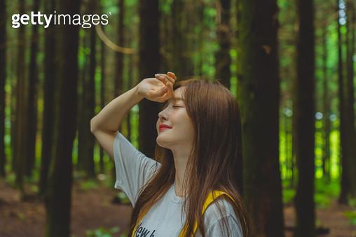 숲속의 젊은 여성 - gettyimageskorea
