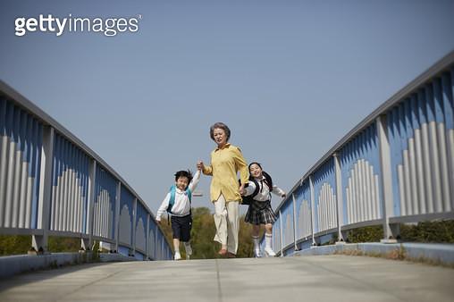할머니와 아이 등교 및 등원 - gettyimageskorea