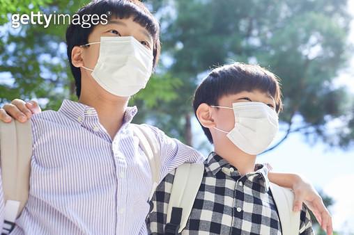 마스크를 쓰고 어깨동무한 아이들 - gettyimageskorea