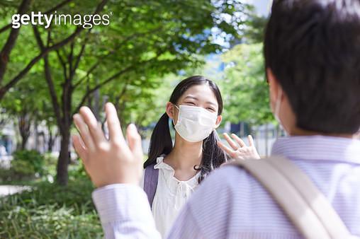 마스크를 쓰고 인사하는 아이들 - gettyimageskorea