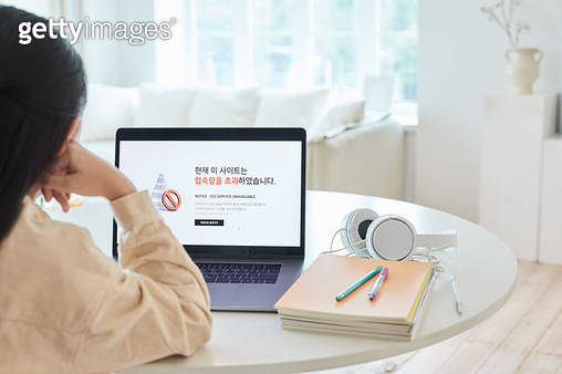 컴퓨터로 인터넷 접속하는 아이 - gettyimageskorea