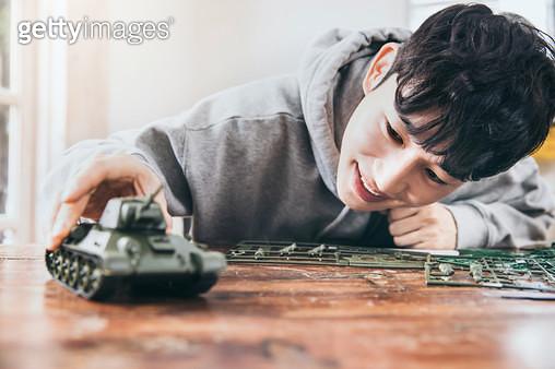 탱크모형을 조립하는 남자 - gettyimageskorea