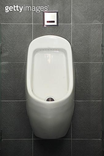 남자 화장실 소변기 - gettyimageskorea