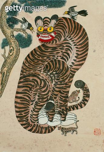 제목 : 까치호랑이 (2012년)<br/>소재 : 한지 채색<br/>작품사이즈 : 4호(㎝)<br/>작품 설명 : 추천작가 한국화 민화 호랑이 소나무 - gettyimageskorea