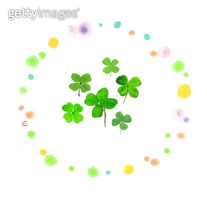 제목 : 행운의 클로버 (2015년)<br/>소재 : 먹,물감,순지<br/>작품사이즈 : 26X26㎝(㎝)<br/>작품 설명 : 클로버, 행운,희망,원,점,초록 - gettyimageskorea