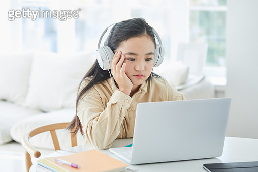 컴퓨터로 원격수업 하는 아이 - gettyimageskorea