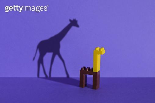 장난감 블럭으로 만든 동물원 - 기린 - gettyimageskorea