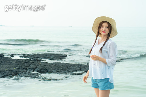 바닷가에 서있는 여성 - gettyimageskorea