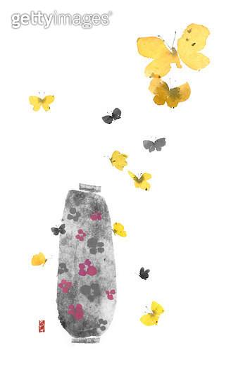 제목 : 꽃병과 나비 (2014년)<br/>소재 : 물감, 먹, 화선지<br/>작품사이즈 : 28cmx45cm(㎝)<br/>작품 설명 : 화병,꽃병,먹그림 - gettyimageskorea