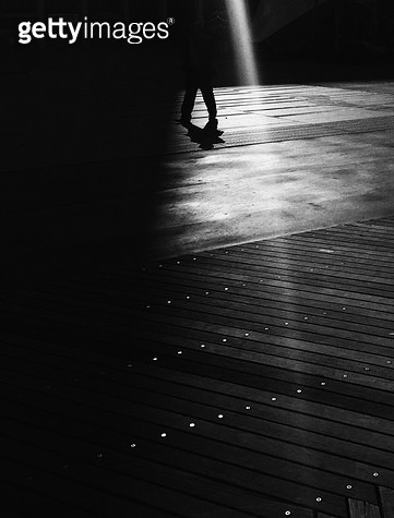 사람,다리,그림자,대비,햇빛 - gettyimageskorea