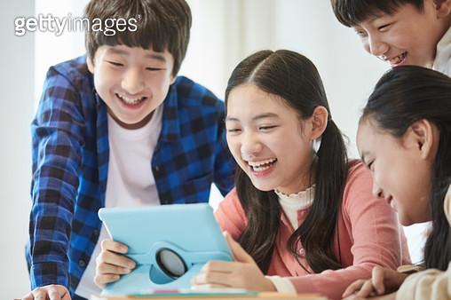 컴퓨터로 원격수업 하는 아이들 - gettyimageskorea