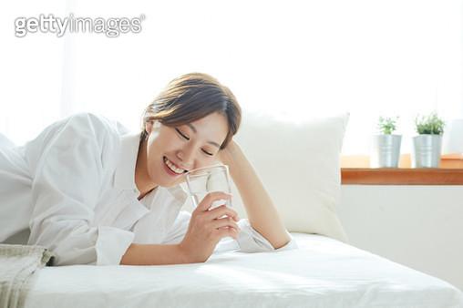 침대에 누워 있는 여자 - gettyimageskorea
