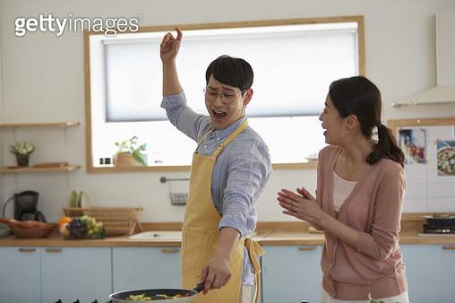 남편과 아내 요리 - gettyimageskorea