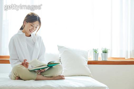 책 읽는 여자 - gettyimageskorea