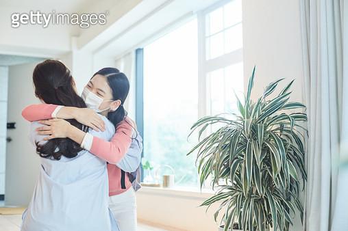 딸과 포옹하는 엄마 - gettyimageskorea