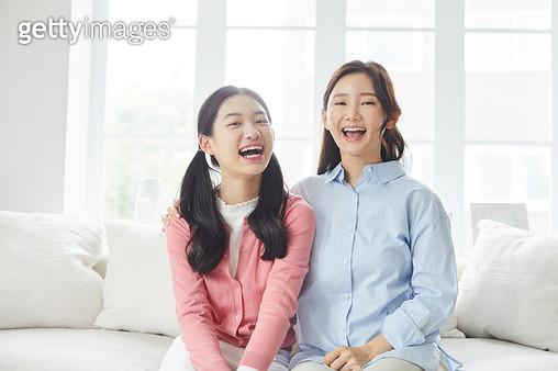 밝게 웃고 있는 엄마와 딸 - gettyimageskorea