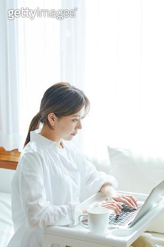 컴퓨터 하는 여자 - gettyimageskorea