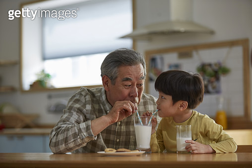 할아버지와 손자 우유 - gettyimageskorea