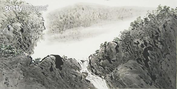제목 : 폭포  (2015년)<br/>소재 : 한지 수묵담채 채색<br/>작품사이즈 : 70x35(㎝)<br/>작품 설명 : 원로중진 한지 한국화 폭포 풍경 산  계곡 수묵담채화 - gettyimageskorea