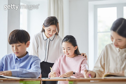 교실에서 공부하는 학생들 - gettyimageskorea
