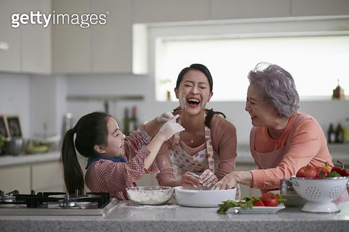 할머니 엄마 손녀 요리 - gettyimageskorea
