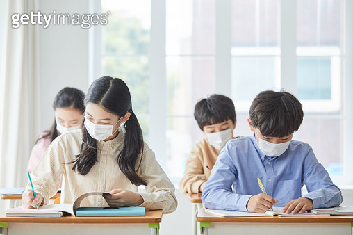 마스크 쓰고 교실에서 공부하는 학생들 - gettyimageskorea