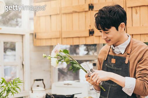 꽃을 다듬는 남자 - gettyimageskorea